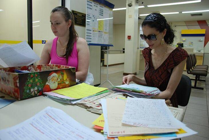 No primeiro dia da campanha, Mireli e Fernanda já foram aos Correios e definiram suas cartinhas