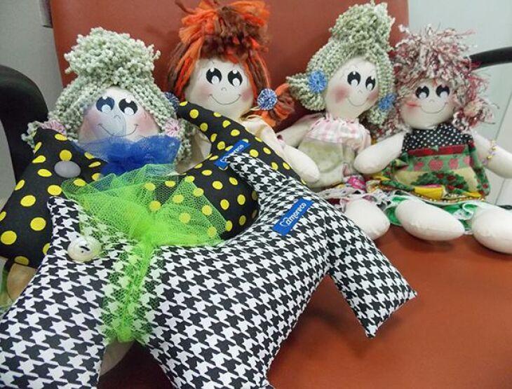 As bonecas são entregues às crianças internadas na pediatria do HC