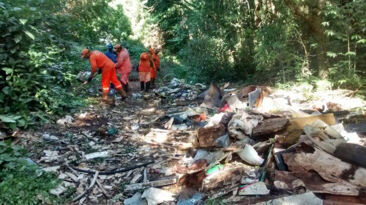 Funcionários da Prefeitura fazendo a remoção dos lixos no Bosque Lucas Araújo