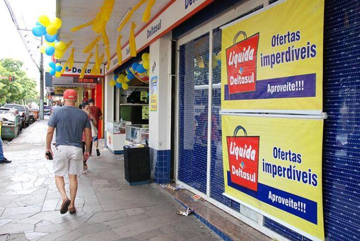 Consumidores formaram fila em uma das lojas a fim de aproveitarem as oportunidades de compra