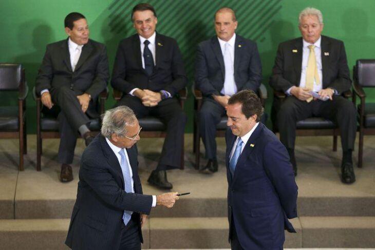 O ministro Paulo Guedes dá posse a Pedro Guimarães na presidência da Caixa