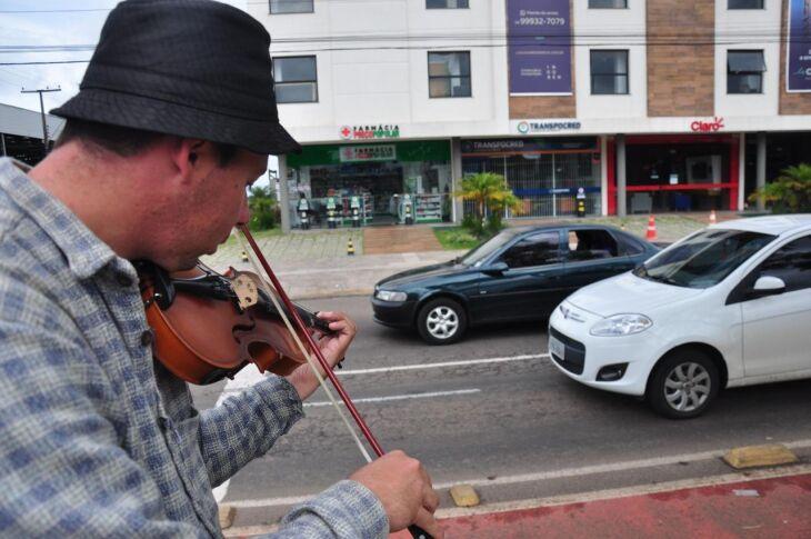 Nesta quinta-feira (23), o artista de rua disputava a atenção das pessoas com o barulho oriundo dos veículos que trafegavam pela Avenida Presidente Vargas esquina com a rua Santa Helena
