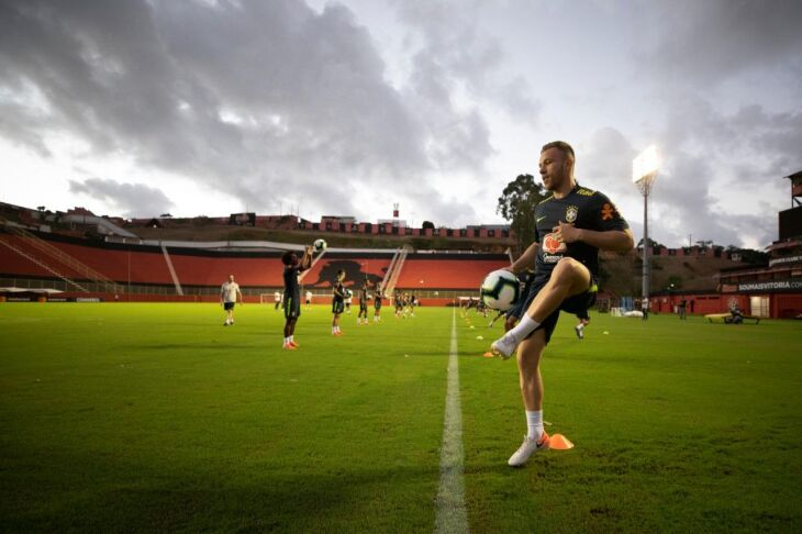Arthur será titular diante da Venezuela