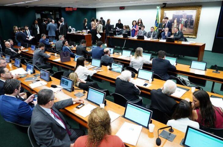 Sessão da comissão prossegue analisando destaques