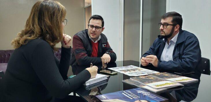 Mateus Wesp, ao lado do chefe de gabinete Lucas Cidade durante visita ao O Nacional nesta sexta-feira