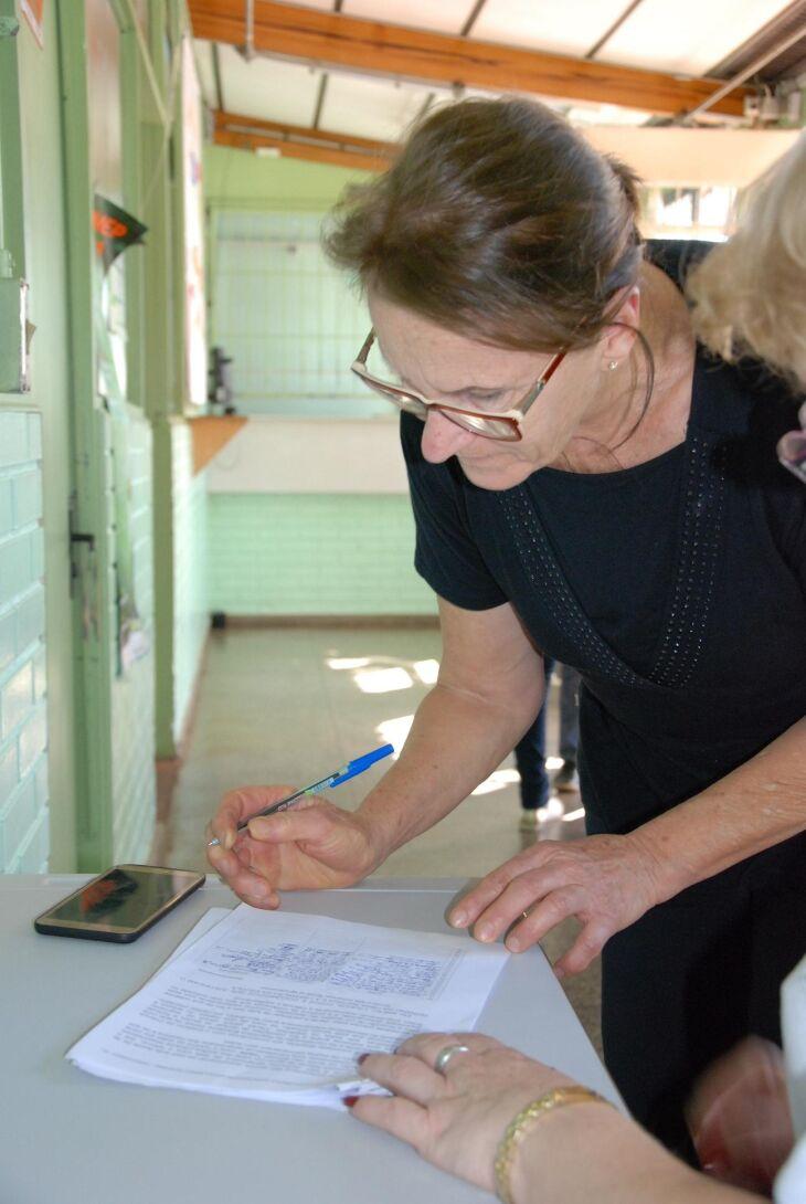 Pais e responsáveis dos alunos compareceram ontem à tarde na escola para assinatura do documento