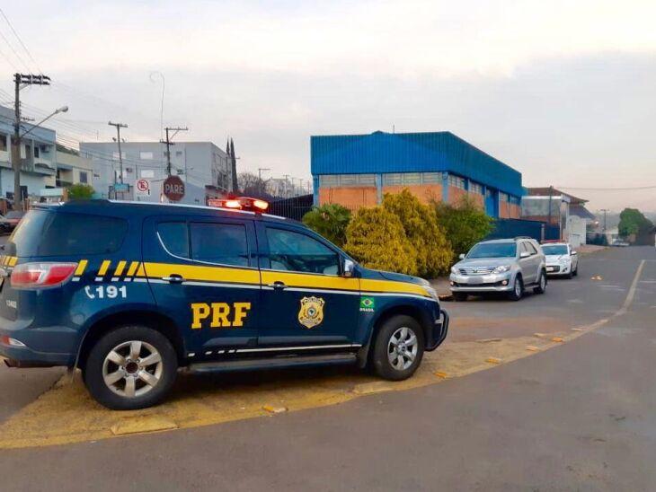 Informações sobre os fugitivos podem ser repassadas à PRF pelo telefone 191 ou Brigada Militar pelo 190