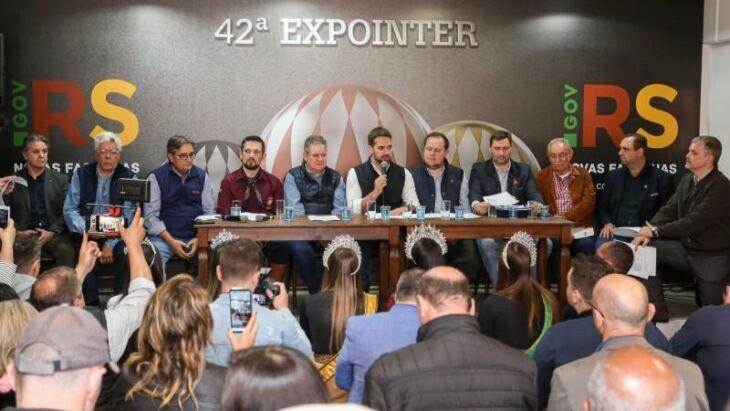 Entrevista teve a presença do governador Leite, do vice Ranolfo, do secretário Covatti e representantes de entidades