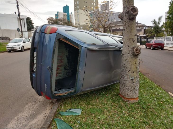 Durante a fuga, trio colidiu veículo contra canteiro central da Sete de Setembro na vila Vera Cruz