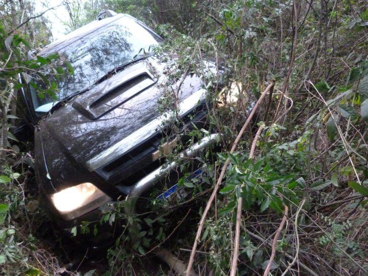 O veículo saiu da pista e ficou preso em uma vala às margens da rodovia