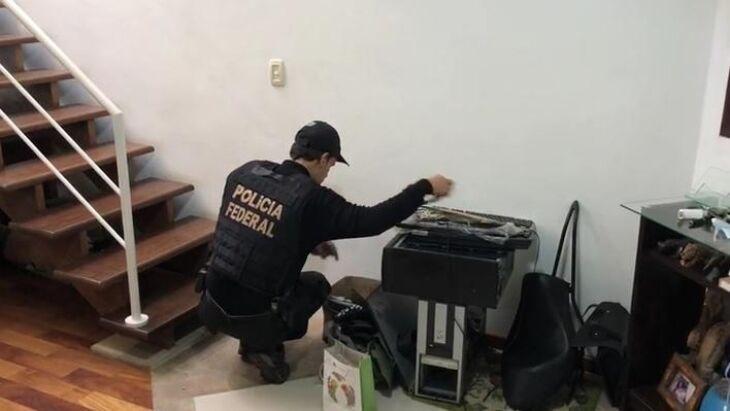 Policiais federais cumprem mandados de busca e apreensão em endereços dos investigados