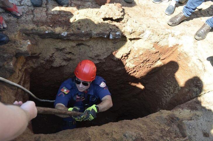 Escavação na Rua Flores da Cunha mobilizou autoridades municipais, bombeiros, Corsan e a comunidade que acompanhou curiosa a investigação