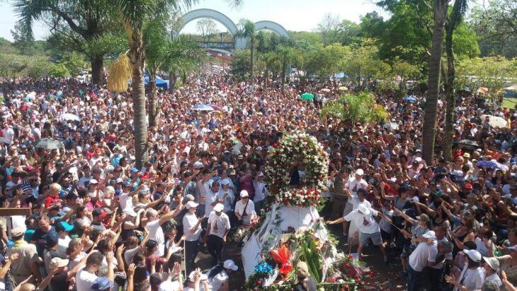 Multidão recepcionou a chegada da imagem da Santa no Santuário