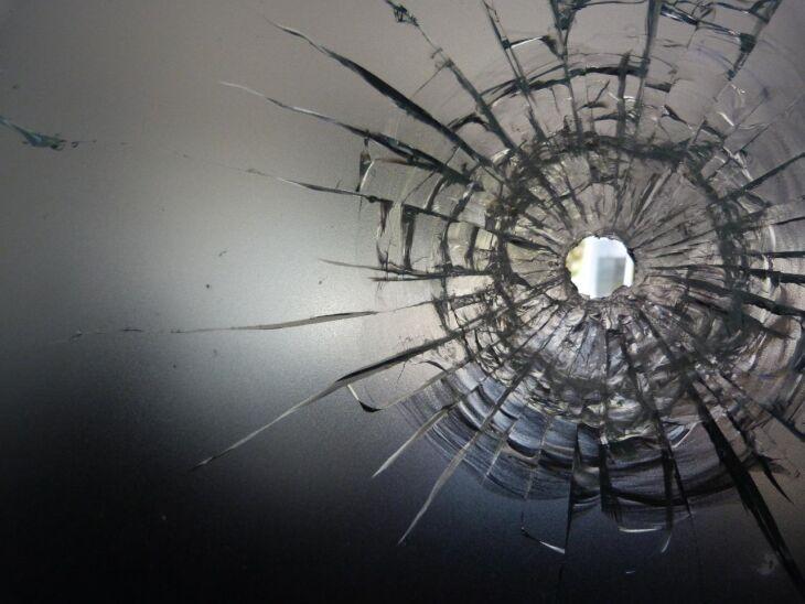 Vidro em que projétil disparado pelo assaltante ficou preso