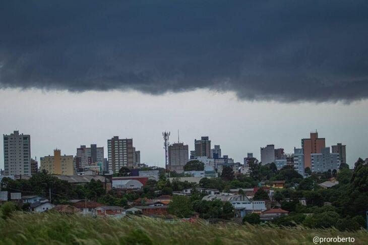 Formação de nuvens espessas por volta do meio-dia gerou alerta sobre a chegada de um temporal.
