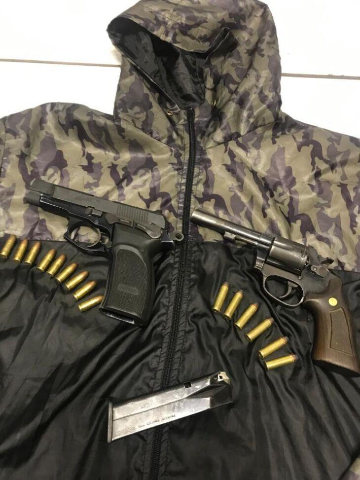 Foram apreendidas com o acusado uma pistola Bersa, calibre 9 milímetros, um revólver calibre 38 e uma CNH falsificada