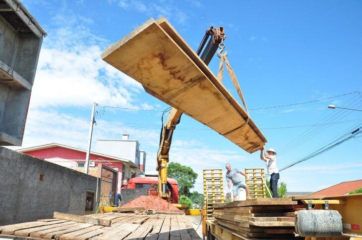 Madeira comprada há três anos foi transportada na última terça-feira, para a cidade de Camaquã