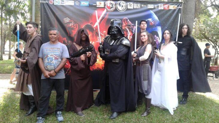 Mais de 500 aficionados pela saga de George Lucas esperam a projeção do filme no Passo Fundo Shopping