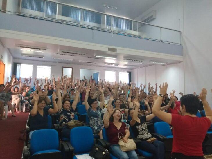 Professores de sete municípios da região de Casca decidiram manter greve até negociação sobre o corte do ponto