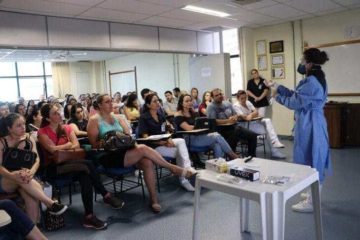 As enfermeiras, Ana Claudia Roman Ross do NVEH e Letícia Biasi do Carmo e Bárbara Dias Barbosa do SCIH ministraram o treinamento