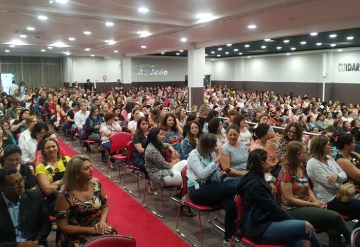 Centenas de educadores foram recepecionados durante evento na manhã de ontem