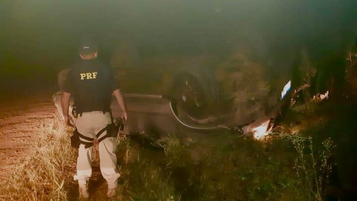 O veículo capotou quando o motorista tentou fugir da abordagem policial