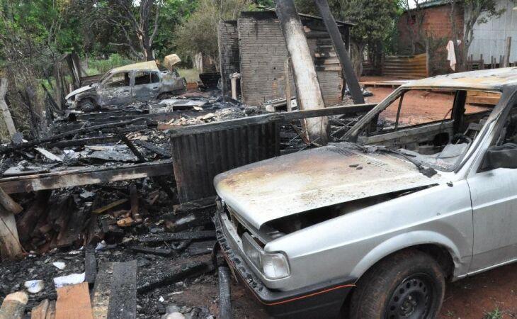 A casa ficou completamente destruída pelas chamas na manhã desta terça-feira