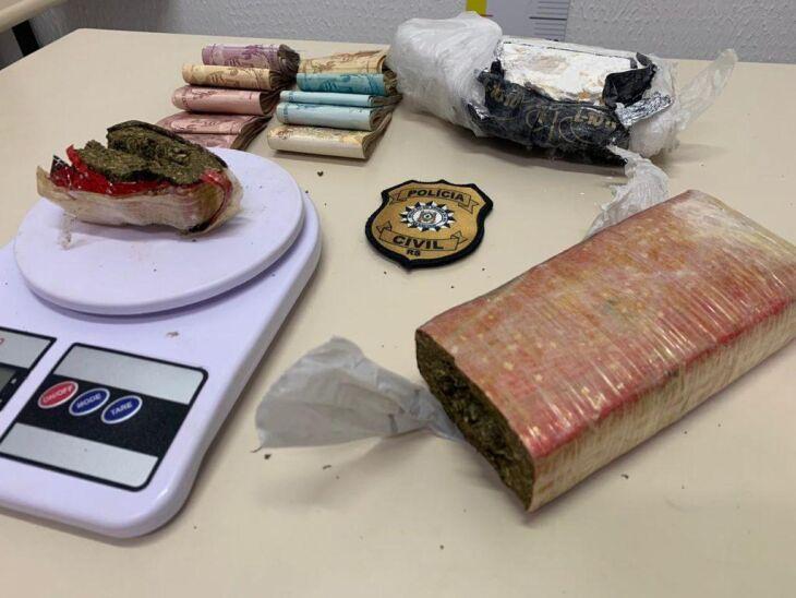 A Polícia Civil apreendeu maconha, cocaína e dinheiro na casa do suspeito