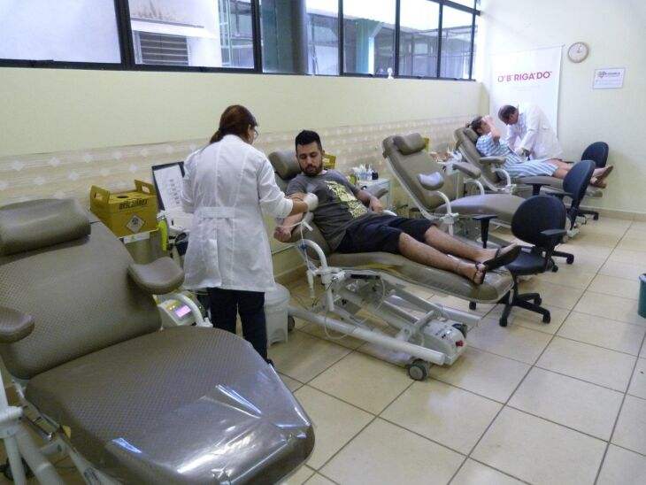 Durante a captação do sangue é respeitada uma distância mínima entre os doadores