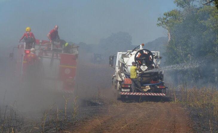 Um caminhão da prefeitura auxiliou os bombeiros no combate às chamas