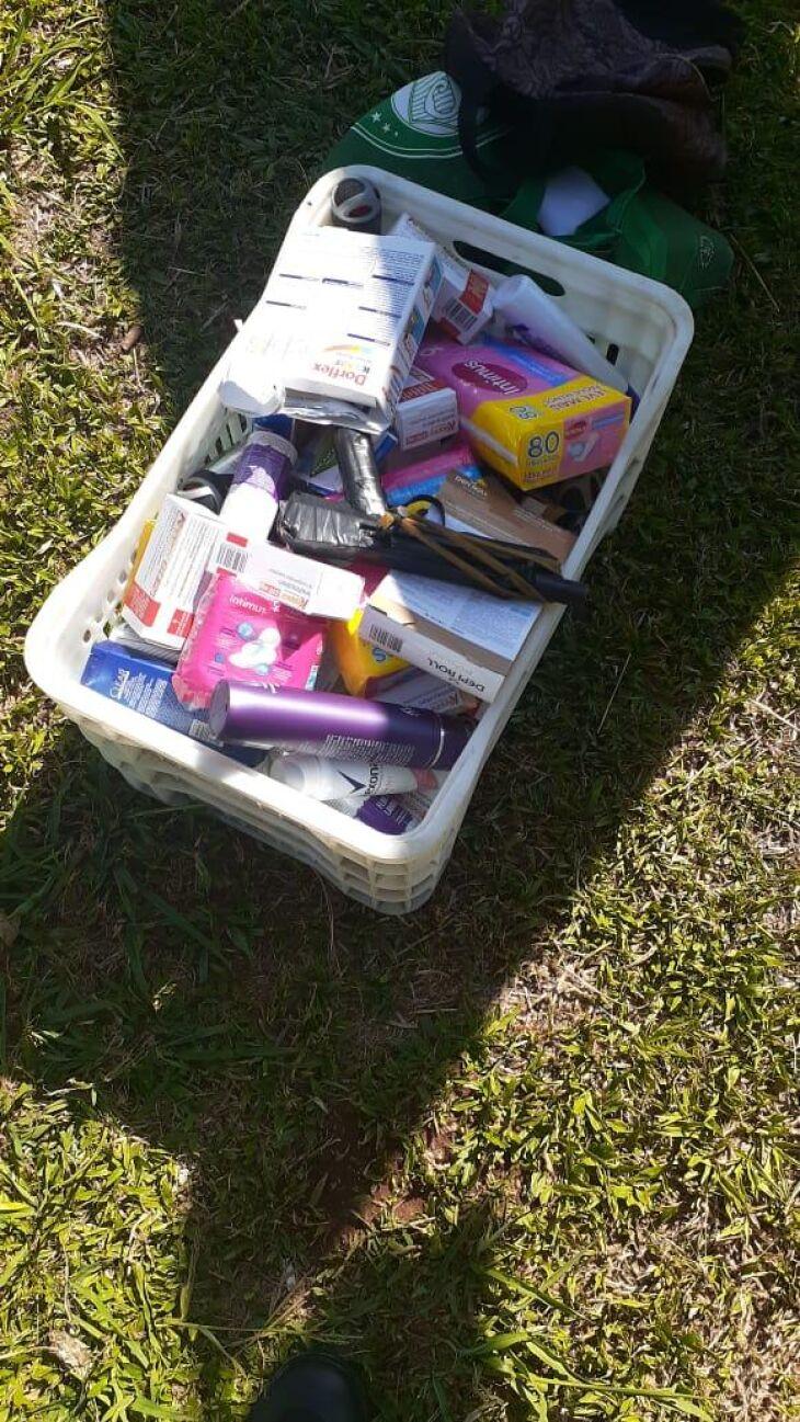 Os objetos roubados na farmácia, juntamente com o dinheiro do caixa foram encontrados na residência