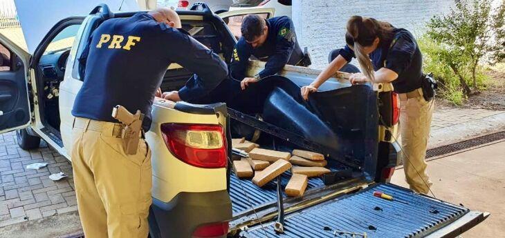 Os 45 quilos de maconha estavam escondidos na caçamba de uma caminhonete