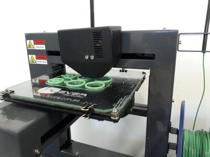 Em caso de um pico de contaminação, há a possibilidade de acionar uma rede de pessoas com impressoras 3D que podem imprimir os componentes