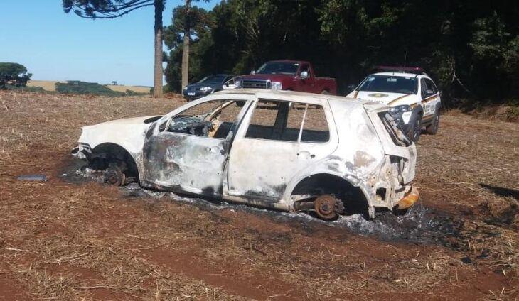 O automóvel foi encontrado queimado no interior de Água Santa